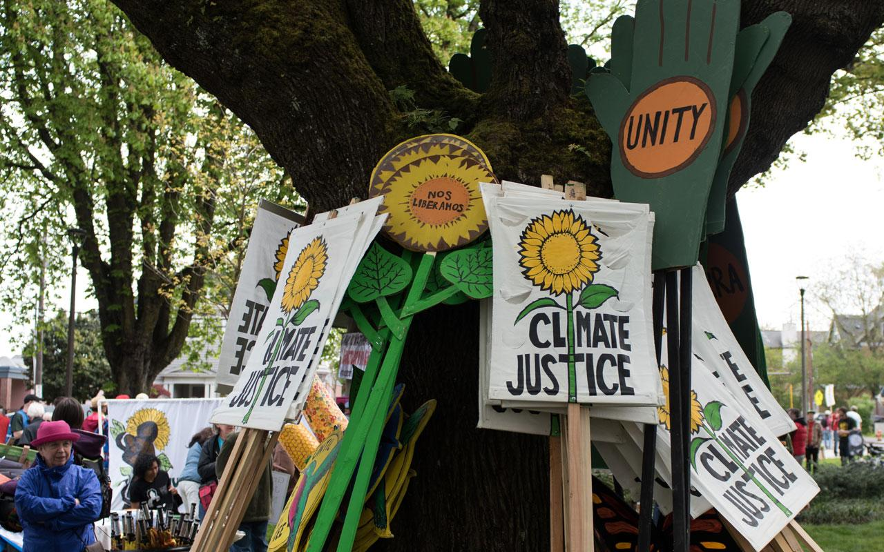 Photo caption: Climate justice signs read: Climate Justice, nos lIberamos and unity.